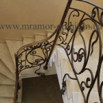 лестница из травертина заполненног
