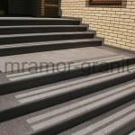 Гранитные ступени с полосами противоскольжения